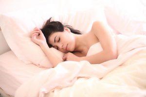 Droomanalyse Spirit4U: Vrouw aan het dromen in bed.